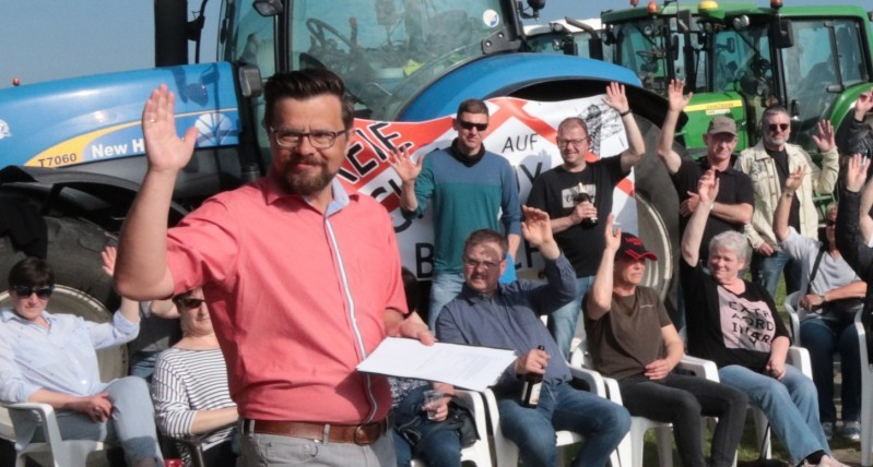 """Maik Berger ist einer der Sprecher der Bürgerinitiative """"Freie Sicht auf Huy und Bruch"""", hier bei der Gründung der Initiative auf dem Flugplatz Dingelstedt. Foto: Bernd Blum"""